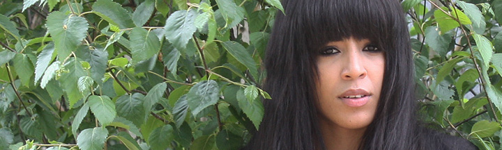 Loreen in front of a tree.