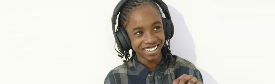 Akai, smiling, wearing headphones.