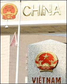Quốc huy Trung Quốc và Việt Nam tại cửa khẩu ở Vị Xuyên