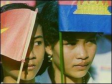 Thiếu nữ Campuchia vẫy cờ Việt Nam