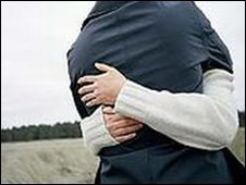 casal jovem se abraçando