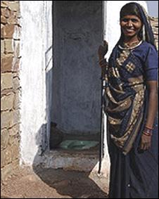 Mujer india frente a servicio sanitario