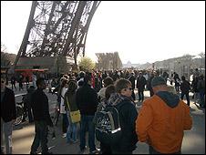 Du khách tại chân Tháp Eiffel