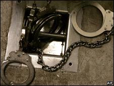 Esposas en prisión (foto archivo)