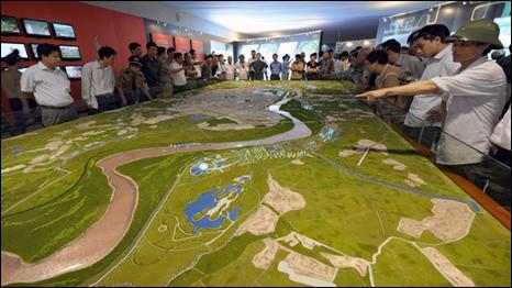 Người dân xem xét quy hoạch đô thị