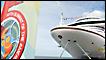 Un crucero junto al logo de la cumbre en Puerto España