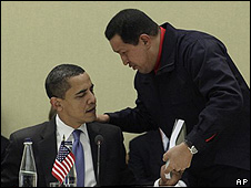 Barack Obama (izq.) y Hugo Chávez en la cumbre el 18 de abril.