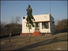 избирательный участок в индийских джунглях