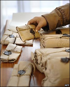 Работница молдавского избиркома готовит к отправке бюллетени