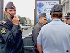 Милиционеры разговаривают друг с другом на улице в Москве (архивное фото)
