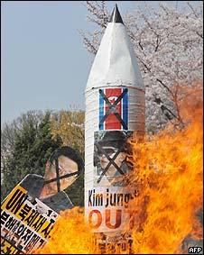 Activistas de Corea del Sur quemando una maqueta de un misil norcoreano, abril 2009