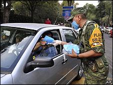 Soldado distribui máscaras para motoristas na Cidade do México