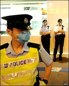 Policías fuera de un hotel en Hong Kong donde se detectó un caso
