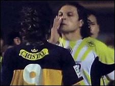 El mexicano Héctor Reynoso sonándose la nariz frente al argentino Sebastián Penco (imagen de televisión).