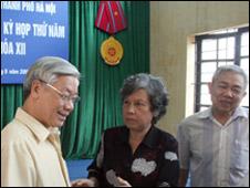 Ông Nguyễn Phú Trọng (bìa trái) tiếp xúc cử tri