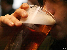 Un joven con una cerveza