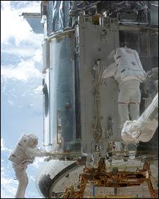 Astronauta reparando el Hubble en 2002 (NASA)