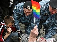 La policía rusa interviene en una marcha en favor de los derechos de los homosexuales en Moscú. 16 de mayo de 2009.