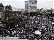 Manifestantes a favor de Álvaro Colom