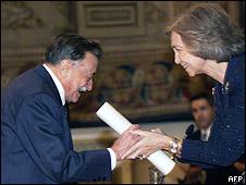 Mario Benedetti recibe premio de la Reina Sofía de España en 1999.