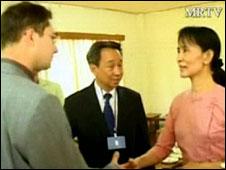 Aung San Suu Kyi saluda a diplomáticos de Tailandia, Rusia y Singapur, el 20 de mayo