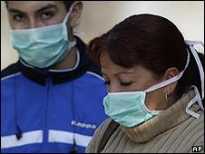 Mujer con una mascarilla para evitar la gripe porcina
