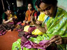 mujeres cosiendo pañuelos en la India