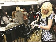 Consumidora en una tienda de ropa