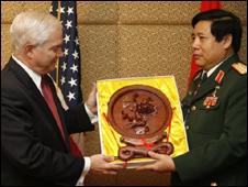 Bộ trưởng Phùng Quang Thanh và người đồng nhiệm Mỹ Robert Gates