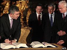 Gordon Brown firmando el Tratado de Lisboa