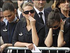 Empleadas de Air France, durante el funeral por las victimas del vuelo accidentado AF 447.