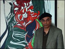 محمود معراجی در کنار یکی از آثارش