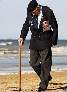 Un veterano camina por la playa de Arromanches