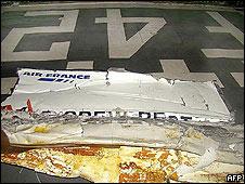 Pedazo del avión rescatado el sábado.