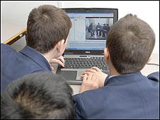 Niños frente a una computadora