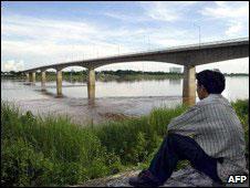 Người dân ngồi bên cầu mới xây qua sông Mekong bằng dự án viện trợ của Úc
