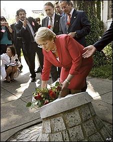 Bachelet deja un ramo de flores en el lugar donde fue asesinado en 1976, Orlando Letelier, quien fue canciller del presidente Salvador Allende.