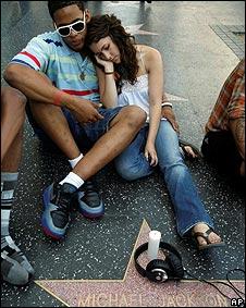 Turistas en Times Square, Nueva York, conocen la noticia de la muerte de Michael Jackson.