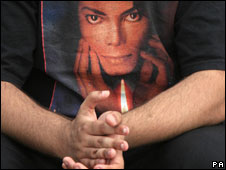Admirador de Michael Jackson viste camiseta con la imagen del artista