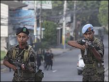Militares apostados frente a la residencia de Manuel Zelaya