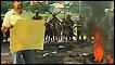 Hondureño protesta frente a militares