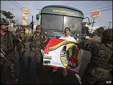 Soldados frente a seguidores de Zelaya.
