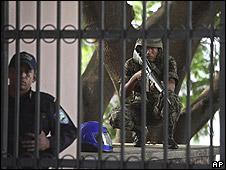 Soldado haciendo guardia frente a la casa presidencial.