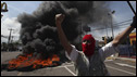 Un seguidor de Zelaya frente a una barricada en Tegucigalpa.