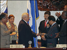 Roberto Micheletti es juramentado como presidente interino