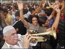 Iraquíes festejando en Irak el 29 de junio.