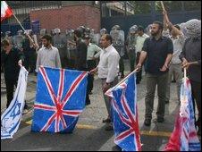 تصویر تظاهرات در برابر سفارت بریتانیا در تهران