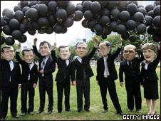 Manifestantes se burlan de los líderes mundiales