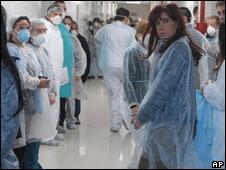 Cristina Fernández, presidenta de Argentina, visita un hospital.