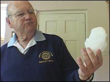 David Gammon mostra pedaço de gelo que o atingiu